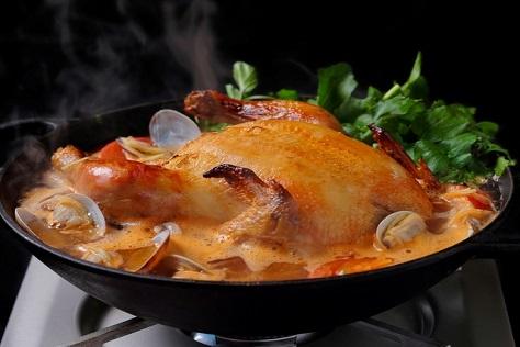 じっくりローストした丸鶏とクレソンの鍋